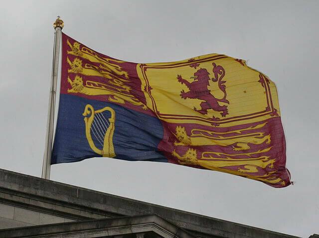 Drapeau Buckingham Palace Reine Présente