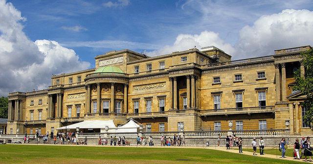 Vue de la Façade Ouest de Buckingham Palace depuis les jardins
