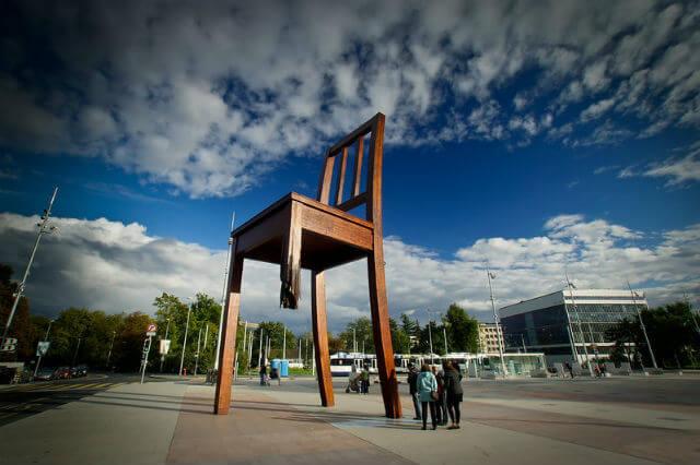 Broken Chair Genève